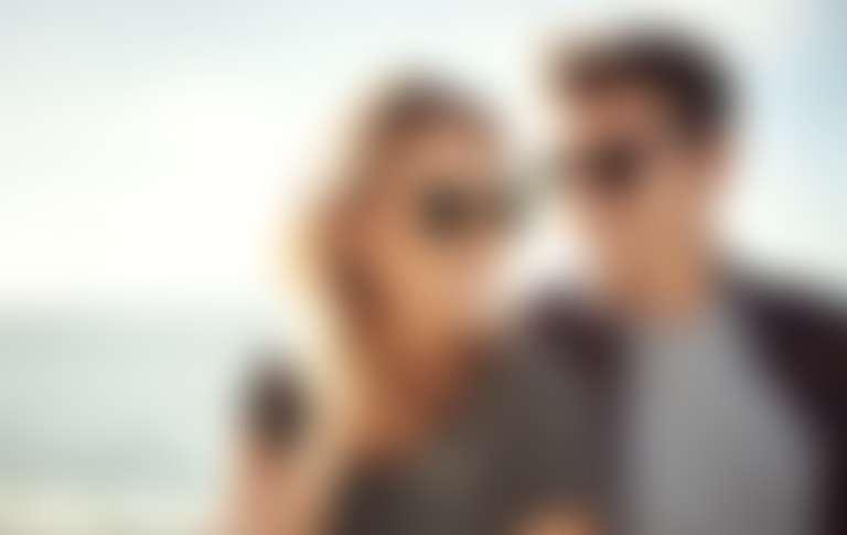 Девушка и парень в солнцезащитных очках