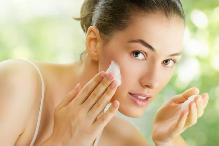 Задачи очищающего средства Косметологи настаивают: очищение кожи должно быть тщательным, но при этом деликатным, чтобы не нарушить барьерные свойства кожи. А еще лучше – и вовсе их укрепить. Поэтому выбирать косметику для умывания надо не менее ответственно, чем другие продукты для ухода.  Какие задачи должно решать очищающее средство? Устранять поверхностные загрязнения, в том числе кожное сало. А также остатки декоративной косметики и продуктов для демакияжа.  Способствовать очищению пор. Увлажнять кожу. Укреплять ее барьерные свойства.    Виды средств для умывания Мыло Представляет собой соли высших жирных кислот, имеет высокую щелочность, что может оказывать негативное влияние на кожный барьер. После применения мыл, для восстановления защитной мантии кожи необходимо не менее 2-х часов.   При частом использовании  мыла кожа труднее восстанавливается. Так что если замечаете дискомфорт после использования мыла, попробуйте использовать гель и пенку для умывания.  Гель для умывания Относится к продуктам на безмасляной основе, не содержит компонентов жировой природы. Перед нанесением на кожу гель надо вспенить в ладонях – и на поверхности кожи эта пена растворит излишки сала и загрязнения.  Как правило, гель – достаточно мягкое средство, подходит даже людям с сухой кожей. Но имейте в виду, что входящий в состав пропиленгликоль может привести к ощущению стянутости: лаурилсульфат натрия, отвечающий за формирование пены, относится к ПАВ с повышенным раздражающим действием.   Стоит обратить внимание на средства, в которых лаурилсульфат натрия заменен на более комфортный для кожи ПАВ – лауретсульфат или неионные ПАВ.  Очищающий гель-уход для умывания Toleriane, La Roche-Posay Ниацинамид и пантенол в составе формулы способствуют восстановлению кожи, поддержанию естественного защитного барьера для сохранения влаги.  Подходит для чувствительной кожи.  Очищающий гель с экстрактом огурца Cucumber Herbal Conditioning Cleanser, Kiehl's Содержит масло розмарина, растительный глице