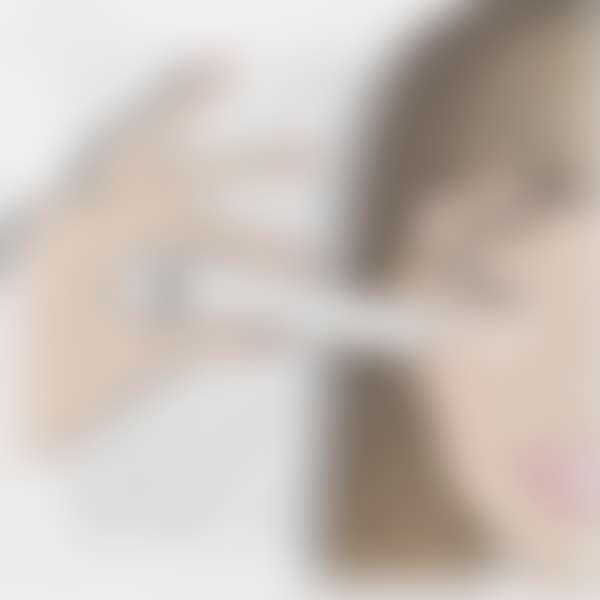 Нанесение увлажняющего ухода за кожей вокруг глаз из тюбика