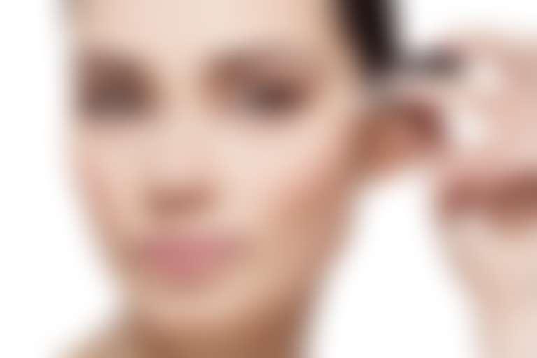 Девушка наносит средство на конкур глаз из пипетки