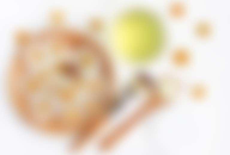 Цветы ромашки, кисточка и ложка с маской для лица