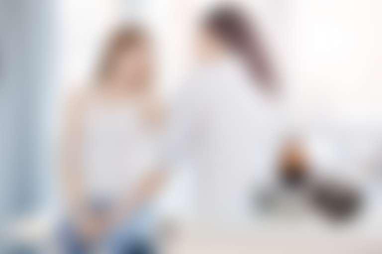 Девушка у косметолога с жалобами на зуд кожи