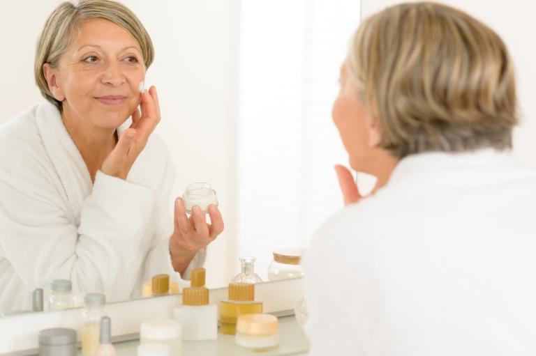 Женщина может хорошо выглядеть в любом возрасте. Особенно если обеспечивает своей коже грамотный уход.