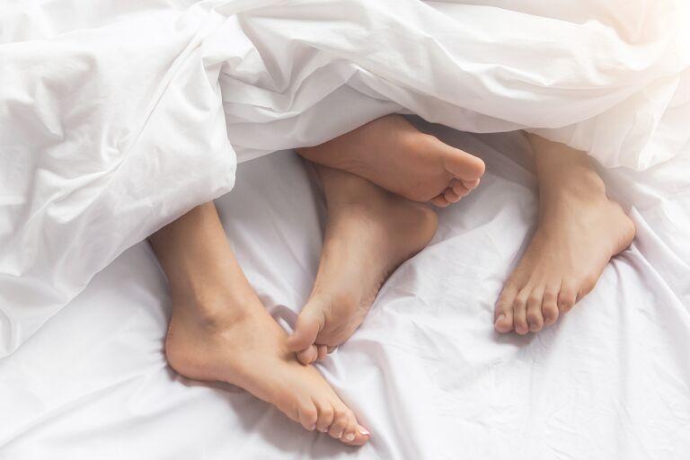 Как почистить пятки от огрубевшей кожи в домашних условиях [обзор 4 косметических средств]