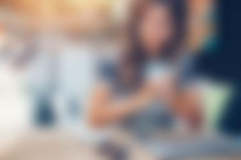 Грубая кожа на локтях: девушка сидит за столом, оперевшись на локти
