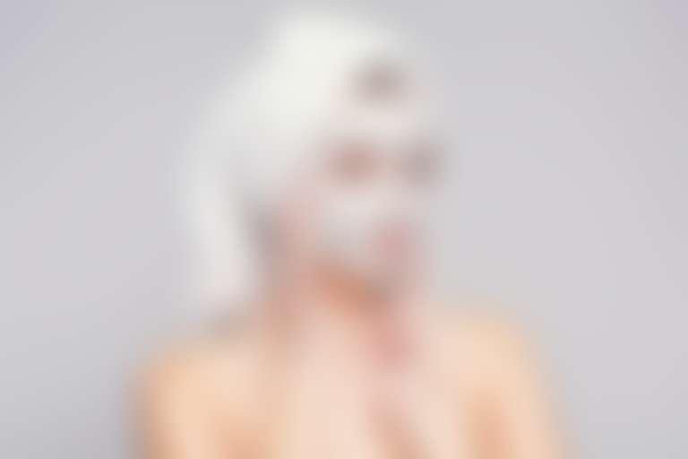 Девушка с белой маской на лице и в белом тюрбане