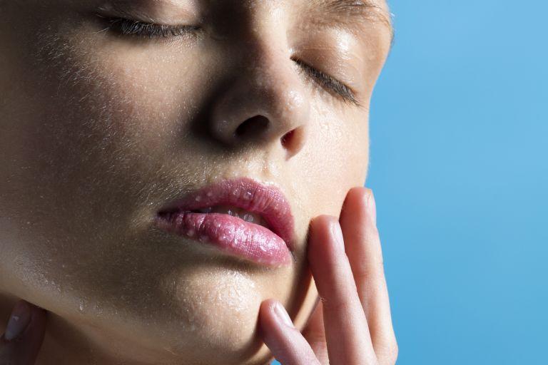 Женщина с каплями воды на лице