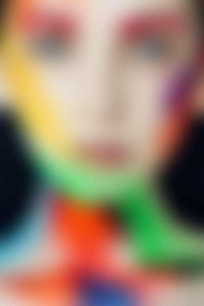 Девушка с голубыми глазами и боди-арт