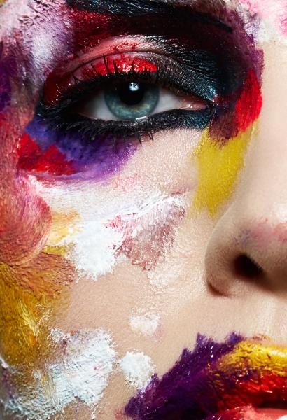 Глаз в разноцветных разводах