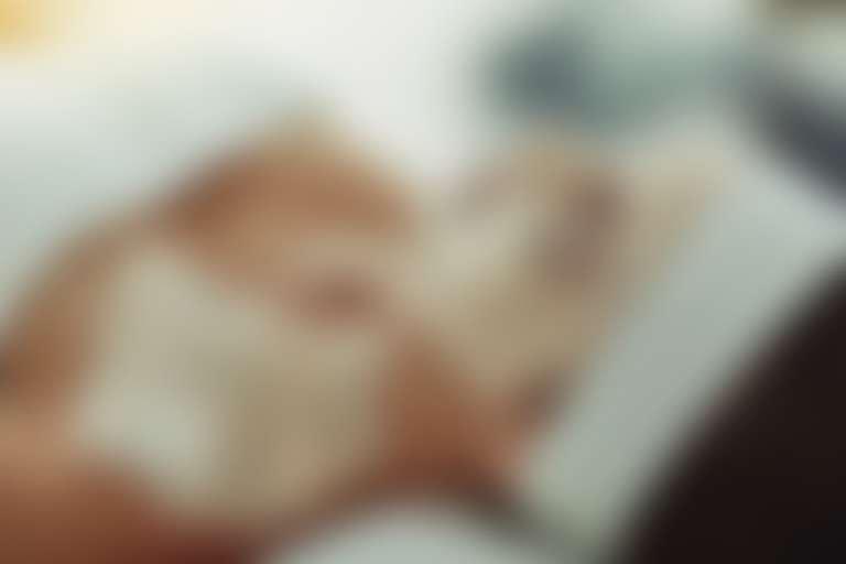 Женщина лежит с маской на лице