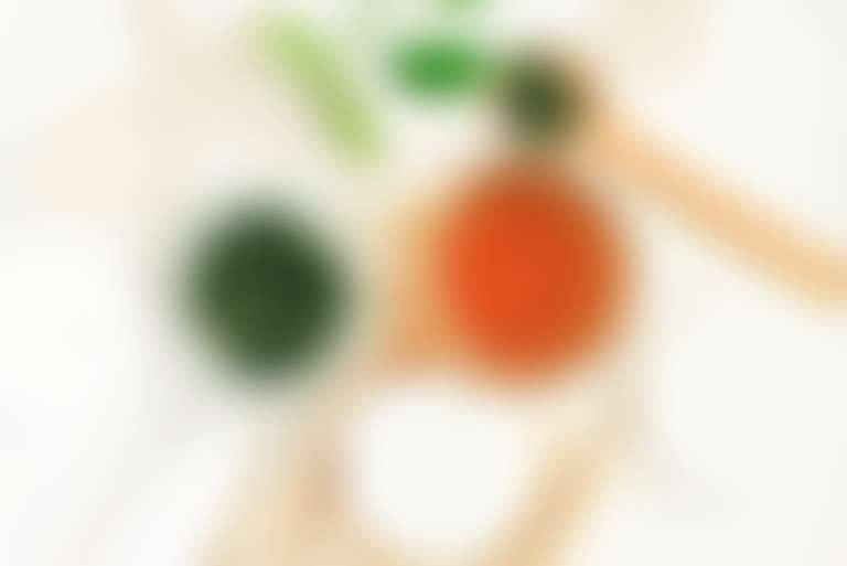 Листья зеленого чай, мед и ватные диски