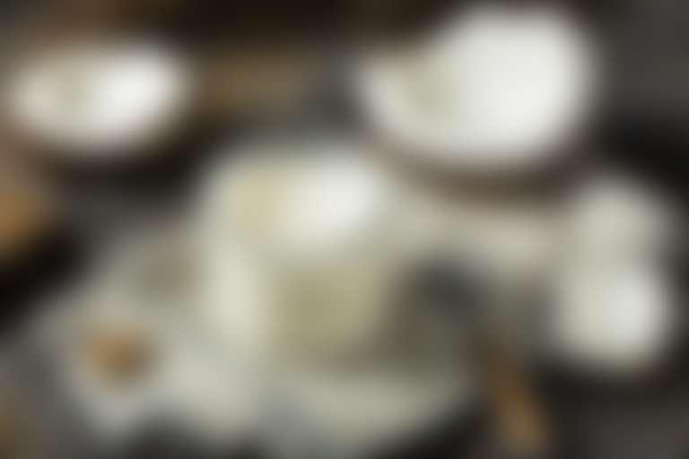 Кокосовый орех и кокосовое масло в банке для приготовления маски для лица.