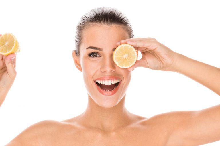 Женщина с половинками лимона в руках