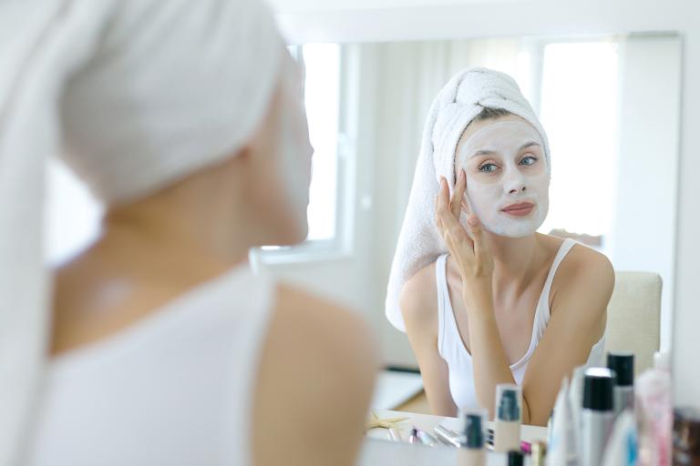 Девушка с маске для улучшения цвета лица