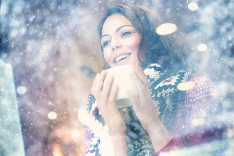 Зима, девушка в окне
