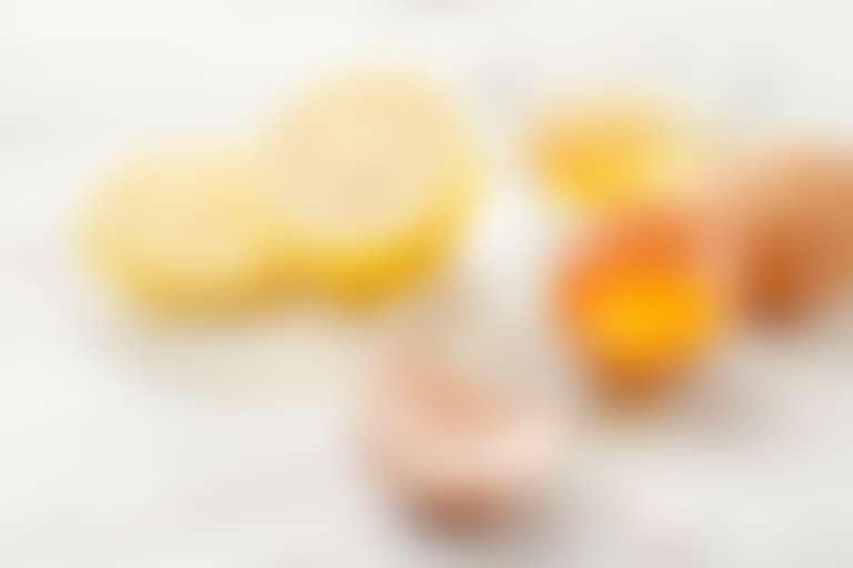 На блюдце разрезан лимон, рядом разбито яйцо