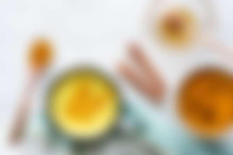 В миске взбитый белок, ваниль, мед - ингредиенты для маски