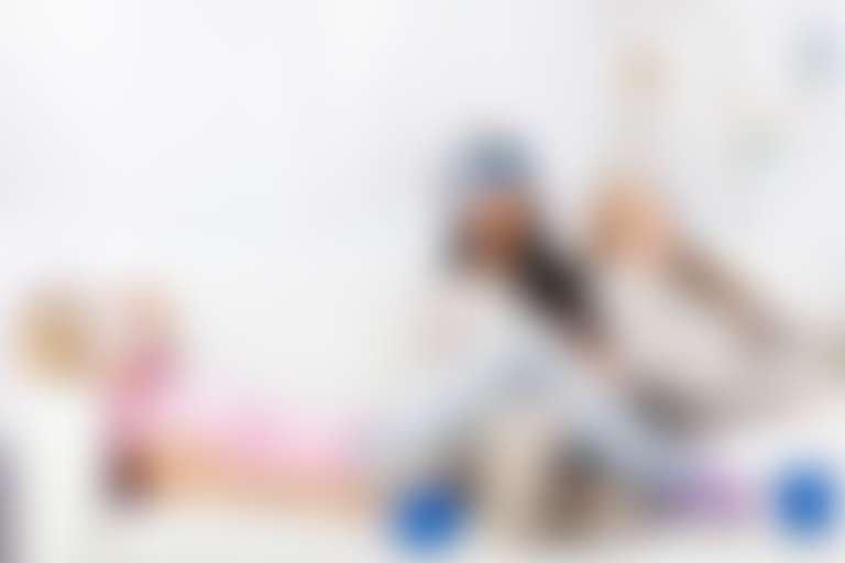Маска для лица после 30 лет: на диване сидят три девушки с масками для лица