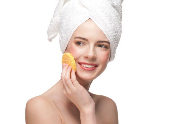 Маска для пористой кожи лица: девушка держит в руках спонж для очищения кожи