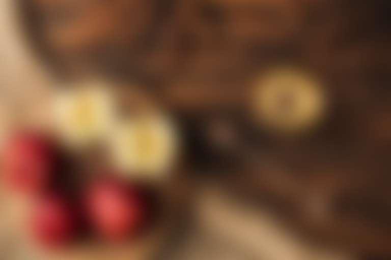 Маска для пористой кожи лица: на столе порезанные яблоки и миска с жидким медом