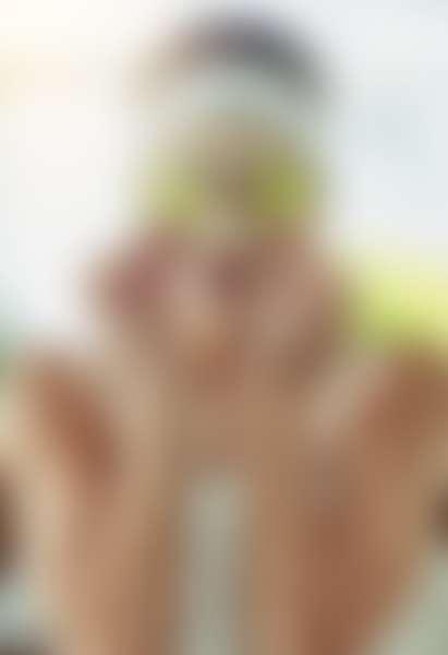 Девушка в маске приложили дольки огурца к глазам