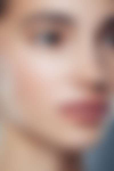 Лицо девушки с сияющей кожей