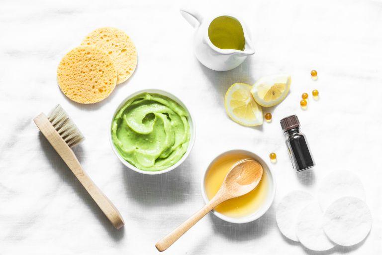 Ингредиенты для домашних косметических масок на белом фоне