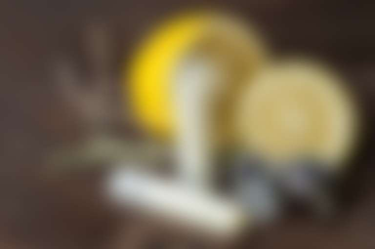 Композиция бальзамов для губ с лимоном и сухими цветами
