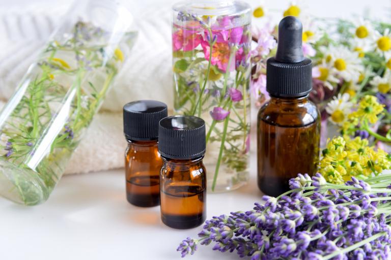 лекарственные травы, цветы, пузырьки с маслами