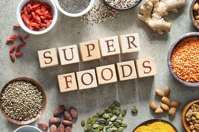 суперфуды куркума, имбирь, мускатный орех, орехи черника кардамон