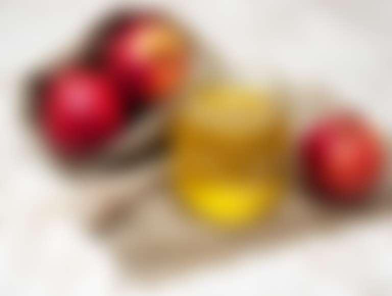 яблоки, банка с медом на холщовой салфетке