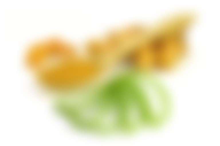 порошок куркумы в деревянной ложке, корень куркумы и нарезанный лист алоэ для домашнего косметического рецепта