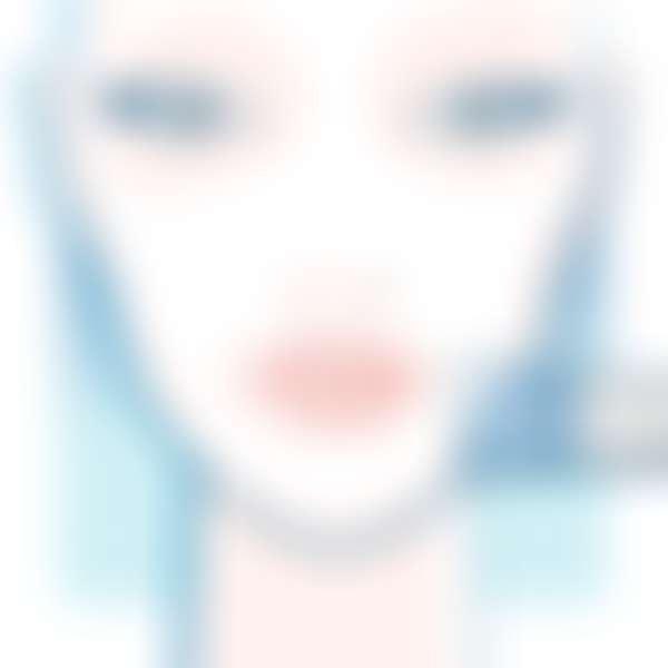 девушка наносит кистью маску на лицо