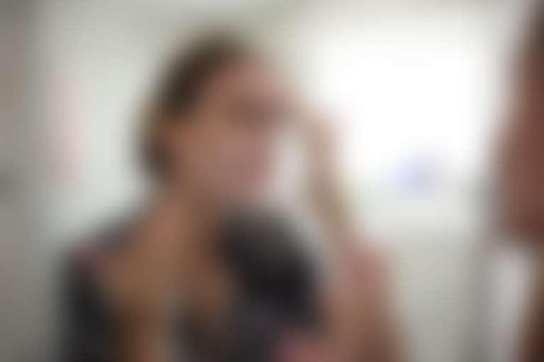Девушка наносит на кожу защитный крем