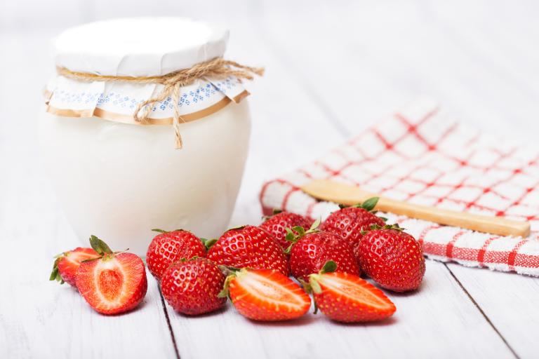 Домашний йогурт и ягоды клубники