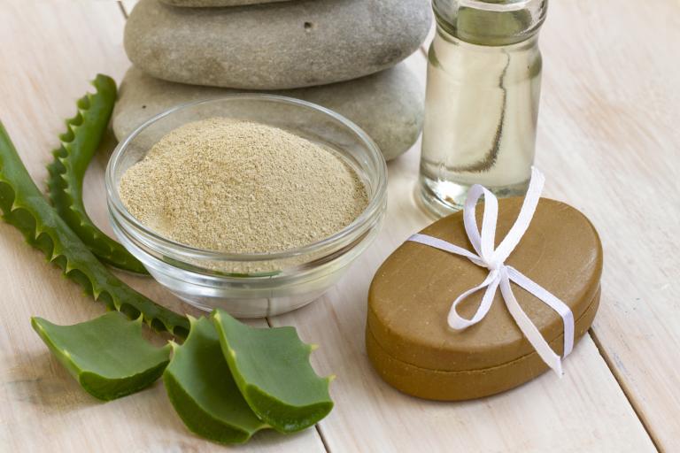 Минеральная глина, косметическое масло и листья алоэ для приготовления маски