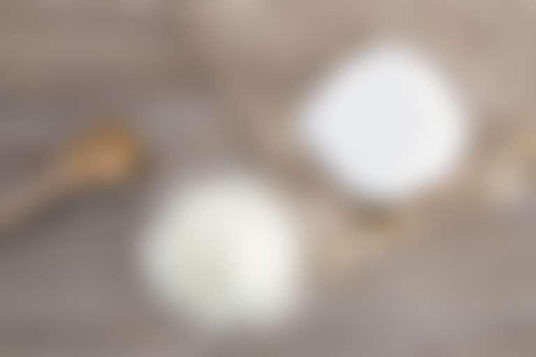 пищевая сода и молоко на деревянном столе для приготовления домашней маски для глаз