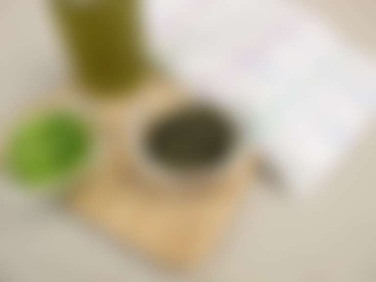 тертый огурец, листья зеленого чая, зеленый сок в стакане для холодного компресса для глаз