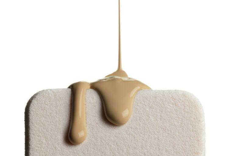 Текстура тонального крема на спонже