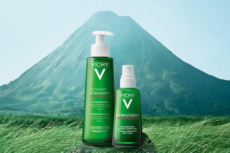 зеленые флаконы на фоне гор