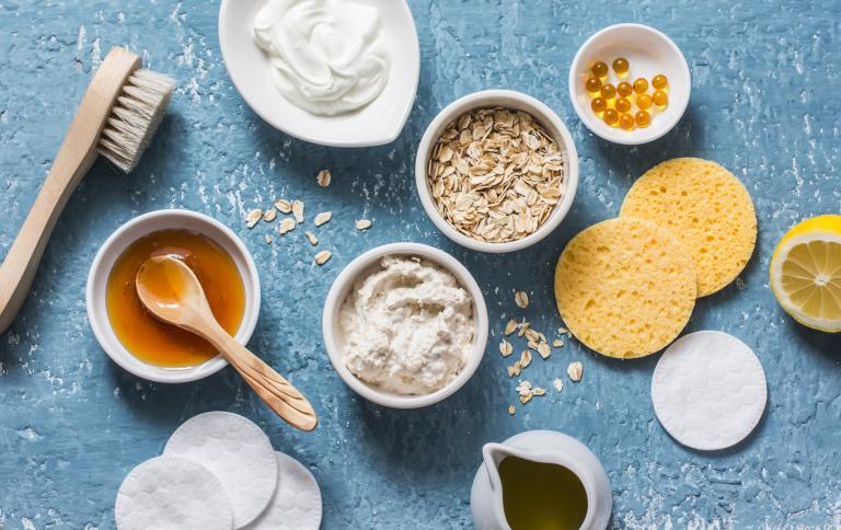 овсяные хлопья, масло, глина, лимон, мед витамин Е, щетка, ватные диски, спонжи для приготовления омолаживающей маски-пилинга в домашних условиях