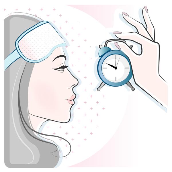 девушка с маской для сна смотрит на часы, готовится к уходу за кожей перед сном
