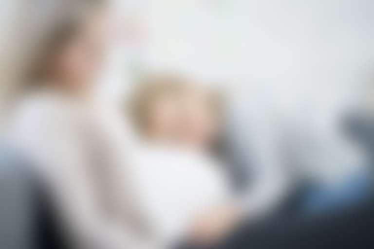 девочка положила голову на живот беременной мамы