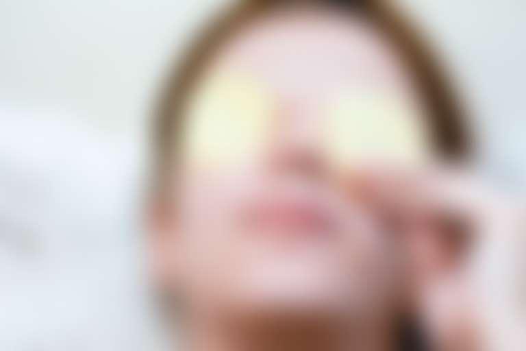 Девушка с картофелем на глазах