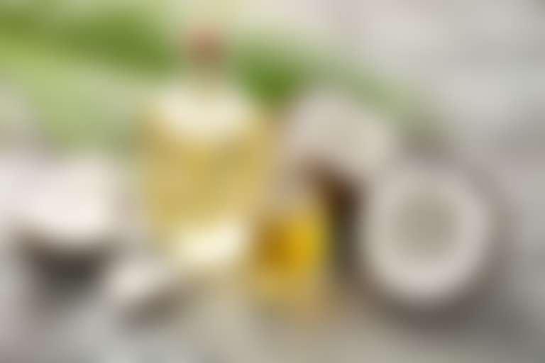 Кокос и растительные масла в прозрачных бутылочках