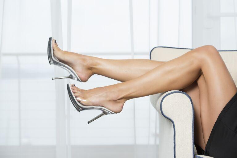 Женские ноги в прозрачных босоножках на шпильке