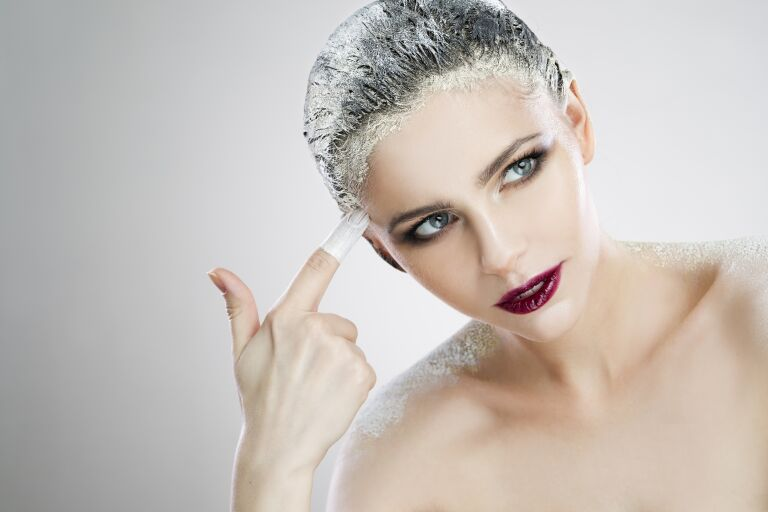 Девушка с белой пудрой на волосах