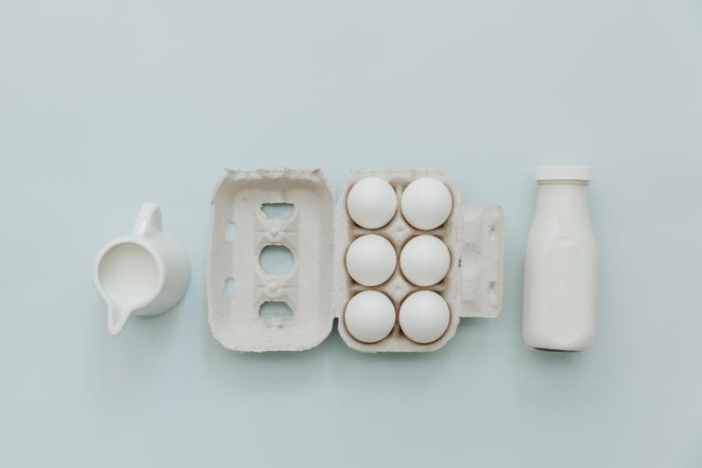 Молоко, яйца и бутылочка йогурта