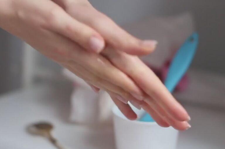 женские руки с аккуратным маникюром после маски для рук