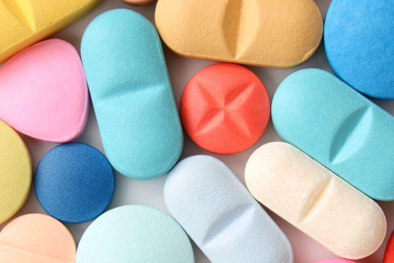 Таблетки разных цветов и формы